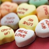 Coeurs de sucrerie sur le rouge. photographie stock