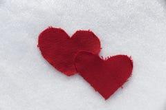 Coeurs de textile dans la neige Photographie stock libre de droits