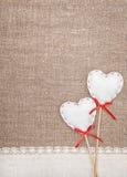 Coeurs de textile et tissu de toile sur la toile de jute Image stock