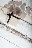 Coeurs de textile faits de papier et cadeau dans la Saint-Valentin noire et blanche d'emballage Images stock