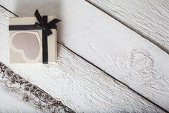 Coeurs de textile faits de papier et cadeau dans la Saint-Valentin noire et blanche d'emballage Image stock