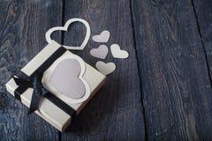 Coeurs de textile faits de papier et cadeau dans la Saint-Valentin noire et blanche d'emballage Photos libres de droits