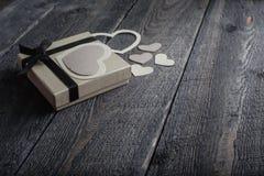 Coeurs de textile faits de papier et cadeau dans la Saint-Valentin noire et blanche d'emballage Images libres de droits