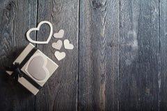 Coeurs de textile faits de papier et cadeau dans la Saint-Valentin noire et blanche d'emballage Photos stock