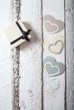 Coeurs de textile faits de papier et cadeau dans la Saint-Valentin noire et blanche d'emballage Image libre de droits