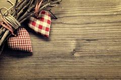 Coeurs de textile sur la brindille - fond d'harmonie Photographie stock libre de droits