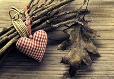 Coeurs de textile sur la brindille - fond d'harmonie Image libre de droits