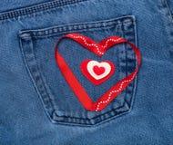 Coeurs de textile Thème romantique d'amour sur le fond de jeans Photo libre de droits