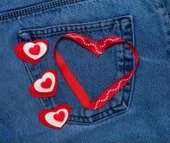 Coeurs de textile Thème romantique d'amour sur le fond de jeans Photos libres de droits