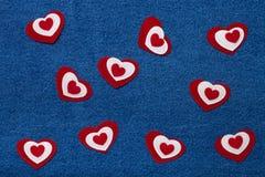 Coeurs de textile Thème romantique d'amour sur le fond de jeans Images stock