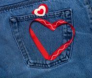 Coeurs de textile Thème romantique d'amour sur le fond de jeans Photo stock