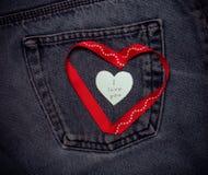 Coeurs de textile Thème romantique d'amour sur le fond de jeans toned Photos stock