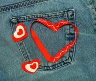 Coeurs de textile Thème romantique d'amour sur le fond de jeans toned Photo stock