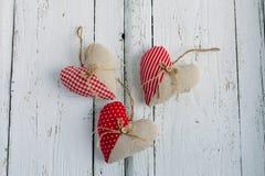 Coeurs de tissu sur une table blanche photo libre de droits