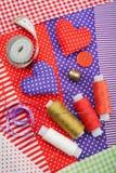 Coeurs de travail manuel, matériaux de tissu et éléments pour la couture Image stock