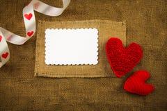 Coeurs de tricotage sur la toile à sac Images stock
