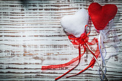 Coeurs de Valentine avec des bandes sur le concept de vacances de conseil en bois Photo stock