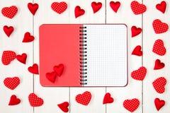 Coeurs de Valentine avec le carnet vide ouvert Image stock