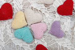 Coeurs de valentine de crochet photo stock