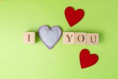 Coeurs de Valentine des jeans et des blocs rustiques d'alphabet qui définissent je t'aime sur le fond de verdure Vue supérieure c Images stock
