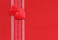 Coeurs de Valentine et bande et un fond rouge Photo libre de droits