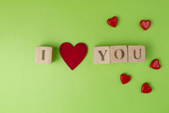 Coeurs de Valentine et blocs rustiques d'alphabet qui définissent je t'aime sur le fond de verdure Vue supérieure Copiez l'espace Photographie stock libre de droits