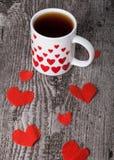 Coeurs de Valentine et tasse de thé sur la vieille table en bois Photos libres de droits