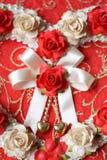Coeurs de vintage de fleur rose sur le papier rouge Images stock