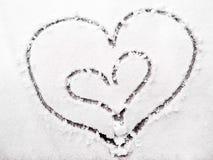 Coeurs des amants dans la neige Symbole de coeurs de l'amour Photographie stock libre de droits