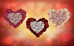 Coeurs des perles et des pétales de rose Photographie stock libre de droits