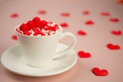 Coeurs doux rouges de sucrerie de sucre dans une tasse de café Concept de jour du ` s d'amour et de Valentine Photo libre de droits