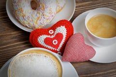 Coeurs du plan rapproché deux et deux tasses de café Image libre de droits