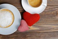 Coeurs du plan rapproché deux et deux tasses de café Images libres de droits