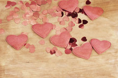 Coeurs du tissu et des confettis de Valentine sur un rétro fond en bois de conception Images stock