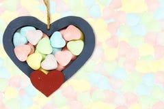 Coeurs en bois avec la sucrerie Valentine Background Photos stock