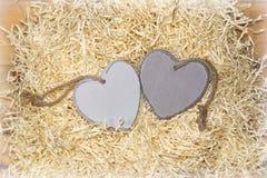 Coeurs en bois dans un nid d'amour Photo stock