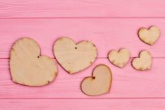 Coeurs en bois de jour de valentines sur le fond rose Photo stock