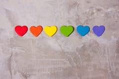 Coeurs en bois de la couleur de l'arc-en-ciel Fond de LGBT Photos libres de droits