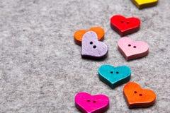 Coeurs en bois sur le fond de feutre de gris images stock