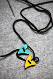 Coeurs en bois sur le fond de feutre de gris Photographie stock libre de droits