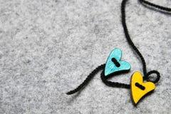 Coeurs en bois sur le fond de feutre de gris, Photographie stock libre de droits