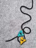 Coeurs en bois sur le fond de feutre de gris, Photo libre de droits