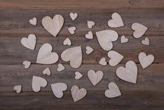 Coeurs en bois sur un fond en bois Image stock