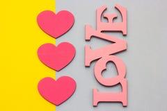 Coeurs en bois sur un fond multicolore, vue supérieure Photos libres de droits