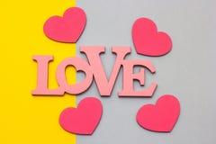 Coeurs en bois sur un fond multicolore, vue supérieure Photo stock