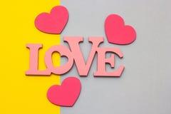 Coeurs en bois sur un fond multicolore, vue supérieure Photographie stock