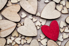 Coeurs en bois, un coeur rouge sur le fond de coeur Image stock