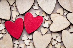 Coeurs en bois, un coeur rouge sur le fond de coeur Images libres de droits