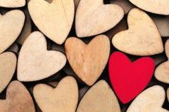 Coeurs en bois, un coeur rouge sur le fond de coeur Photo stock