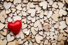 Coeurs en bois, un coeur rouge sur le fond de coeur Image libre de droits